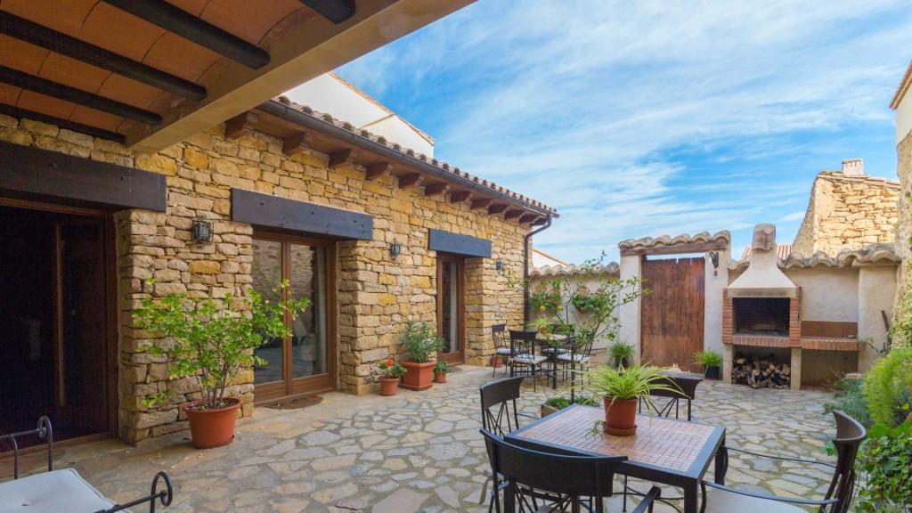 Las planas casa rural valero for Jardines patios casas